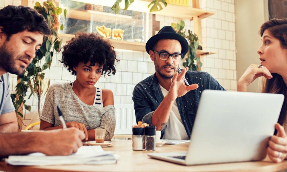 Il Regista discute a tavolino con il personale di produzione, il piano di lavorazione